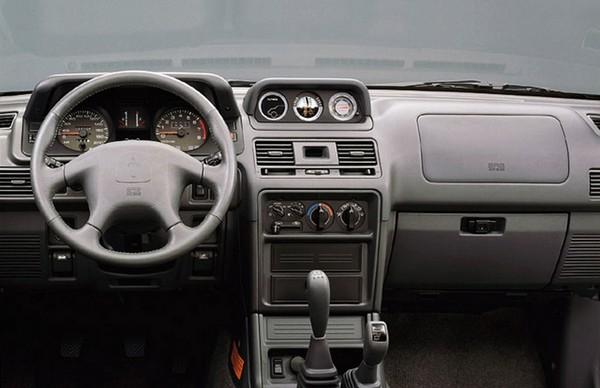 Интерьер внедорожника Mitsubishi Pajero второго поколения, 1991–2000
