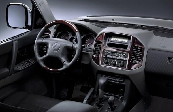 Интерьер внедорожника Mitsubishi Pajero третьего поколения, 1999–2006