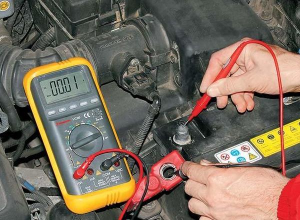 Как в машине найти что сажает аккумулятор 80