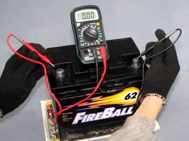 Проверка емкости аккумулятора методом контрольного разряда